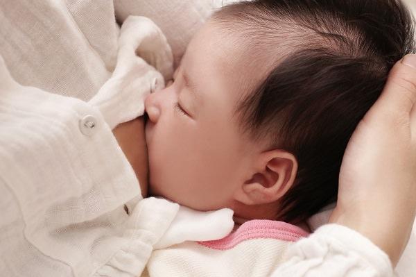 母乳とミルク、どっちで育てる?